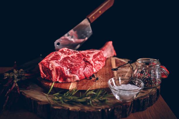 hoge kwaliteit t-bone steak - vleesdelen stockfoto's en -beelden