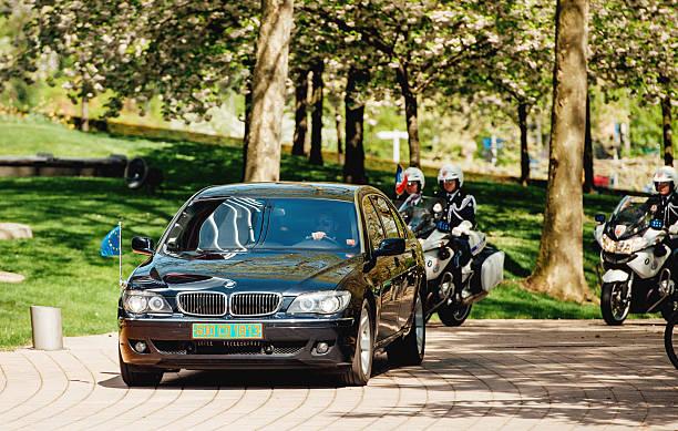 рейтинг с официальной европейской автомобильный кортеж - кандидат на пост президента стоковые фото и изображения