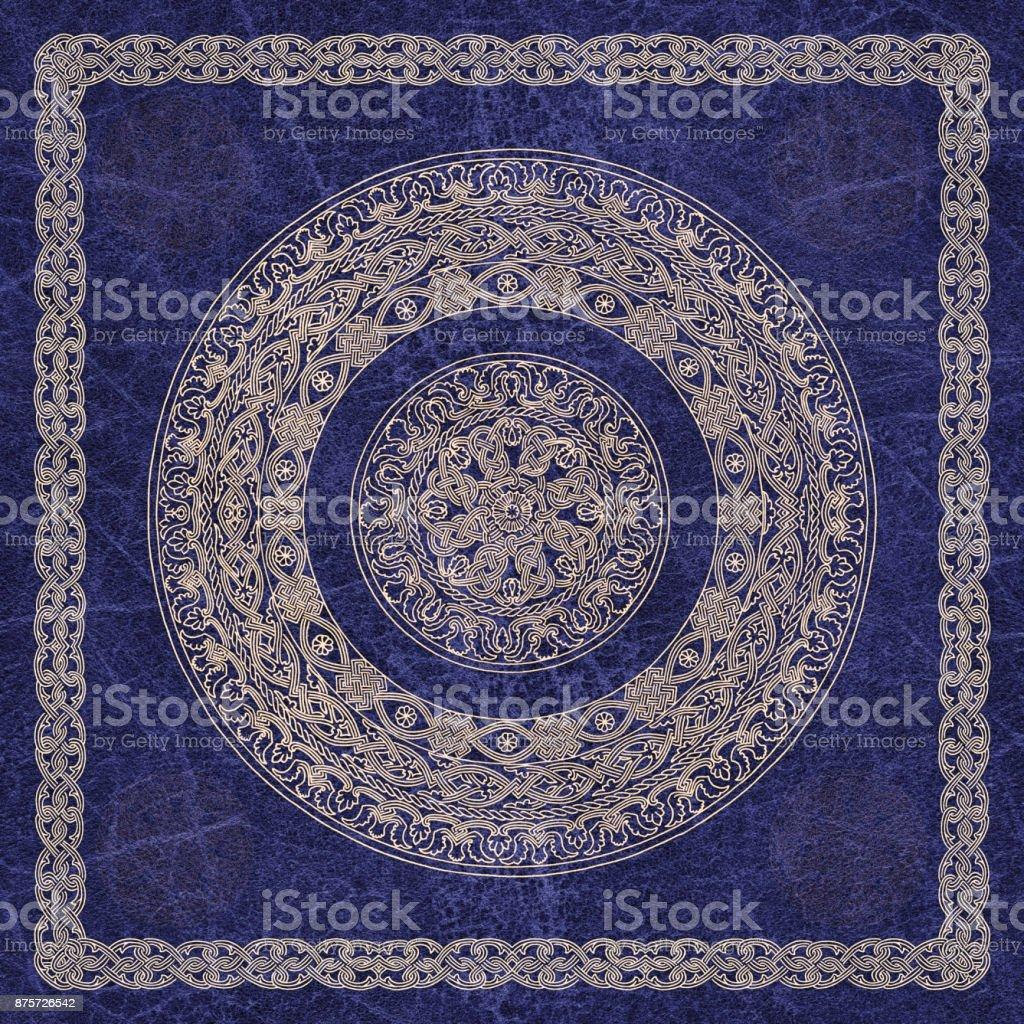 Motivo decorativo de alta resolución Medieval arabesco de oro sobre fondo de cuero arrugado Azul Royal - foto de stock