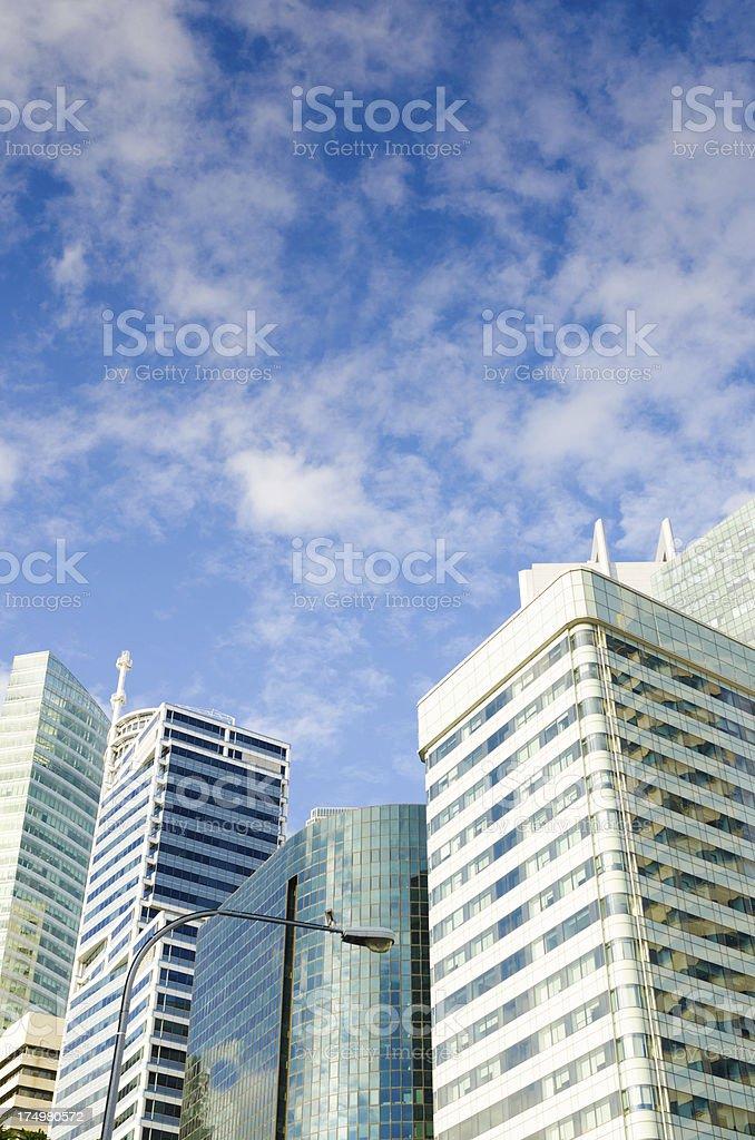Edifícios altos com céu nublado - foto de acervo