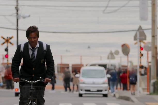 高中男生騎自行車圖像檔