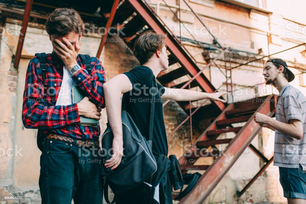 bullying de la escuela secundaria ayuda protección - Foto de stock de Abuso libre de derechos