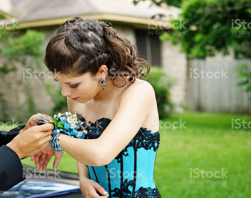 High school couple getting ready for their Senior Prom 2012. – Foto