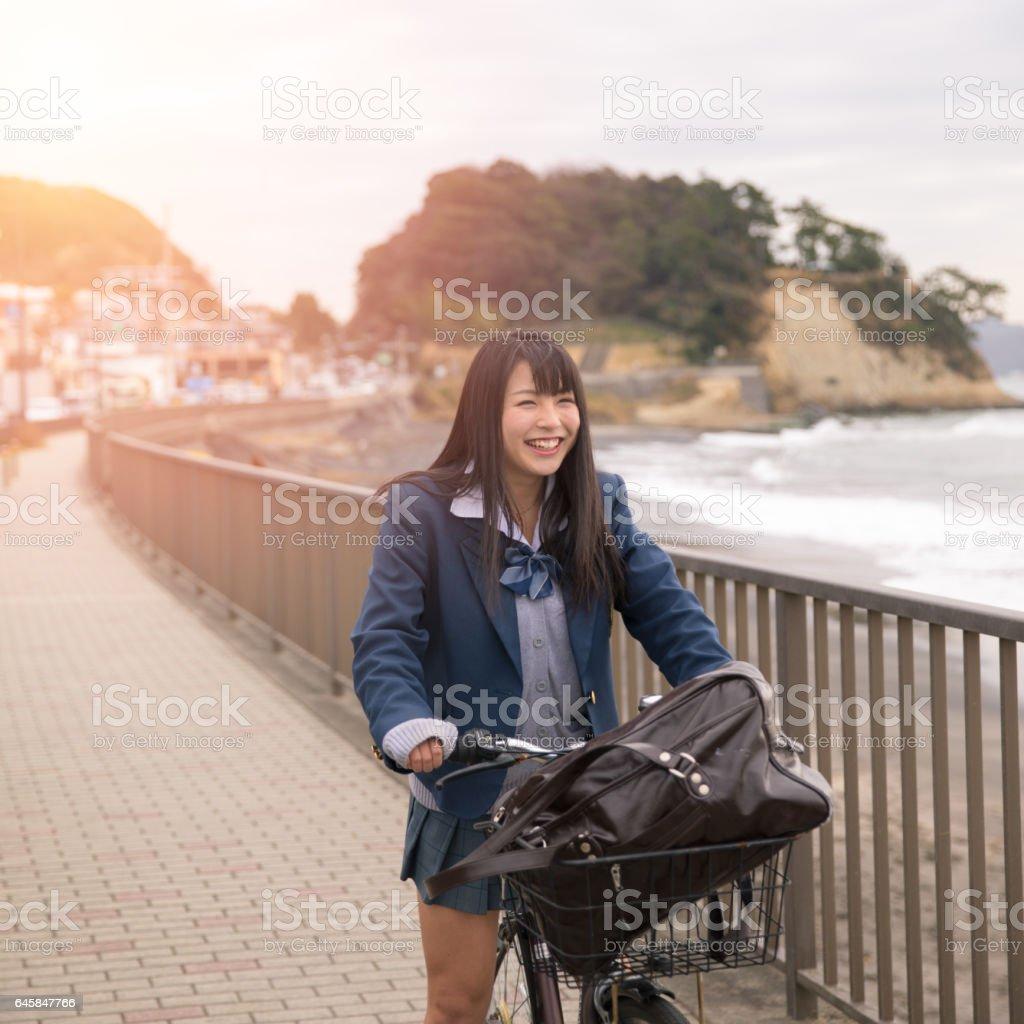 Dating eines High-School-Mädchens, während im College Eröffnungsnachrichten von Seiten