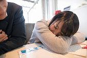 カフェで勉強中に眠っている女子高生
