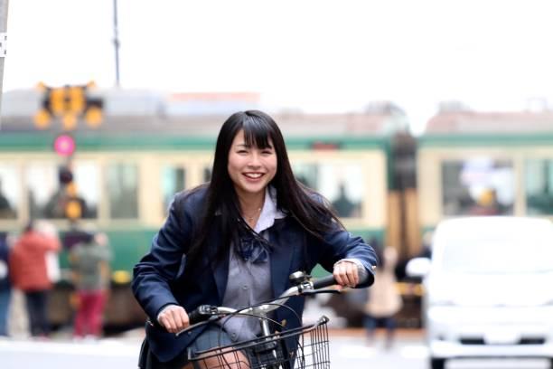 高中女生騎自行車圖像檔