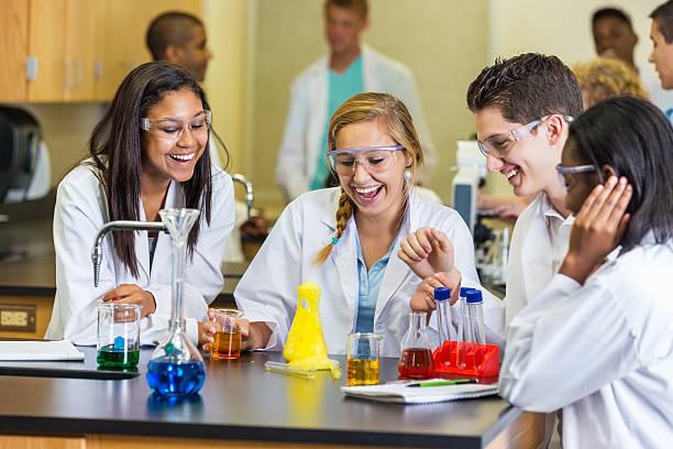 high school-lab partner diese chemie-experiment in science-klasse - versuche nicht zu lachen stock-fotos und bilder