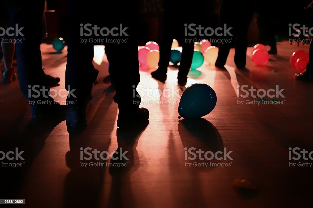 High School Prom Dance Concert Standing People, Balloons - foto de stock