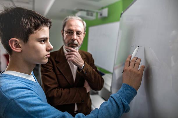 studente di scuola secondaria dopo un esame con un professore. - professore di scuola superiore foto e immagini stock