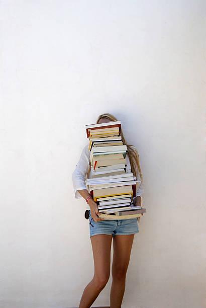 studente di scuola secondaria con un sacco di libri - esame maturità foto e immagini stock