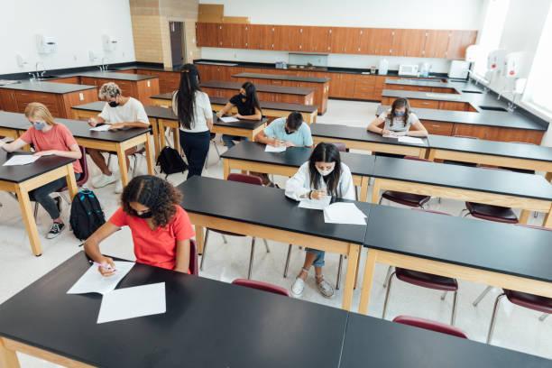 studenti delle scuole superiori a scuola durante il covid-19 - esame maturità foto e immagini stock
