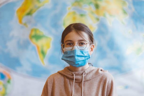 Gymnasiasten in der Schule, tragen N95 Gesichtsmasken. – Foto