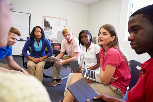 high school students participar en el grupo de análisis - clase de idiomas fotografías e imágenes de stock