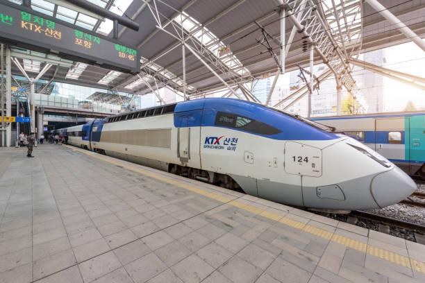 High-Speed-Züge (KTX) und Korail Züge halten am Bahnhof Seoul in Südkorea. – Foto