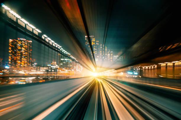 High Speed Motion Blur fährt nachts durch einen Tunnel – Foto