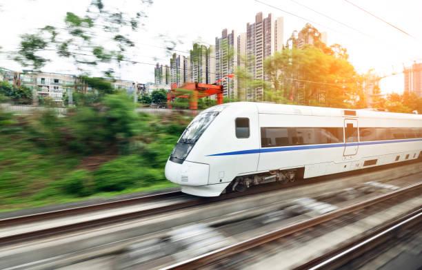 high-speed-zug fahren in der stadt - hochgeschwindigkeitszug stock-fotos und bilder