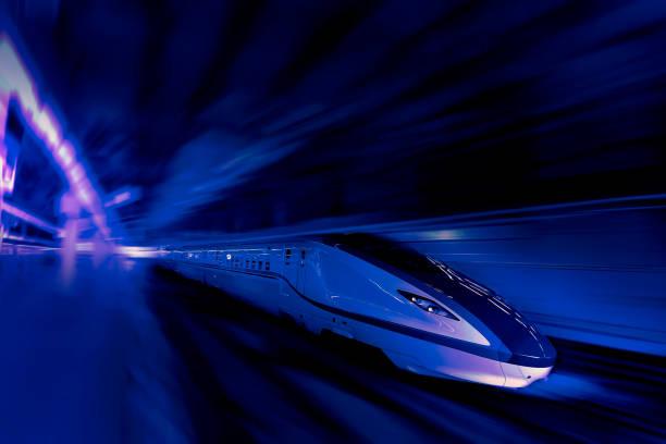 hochgeschwindigkeitszug für den verkehrsbetrieb - hochgeschwindigkeitszug stock-fotos und bilder