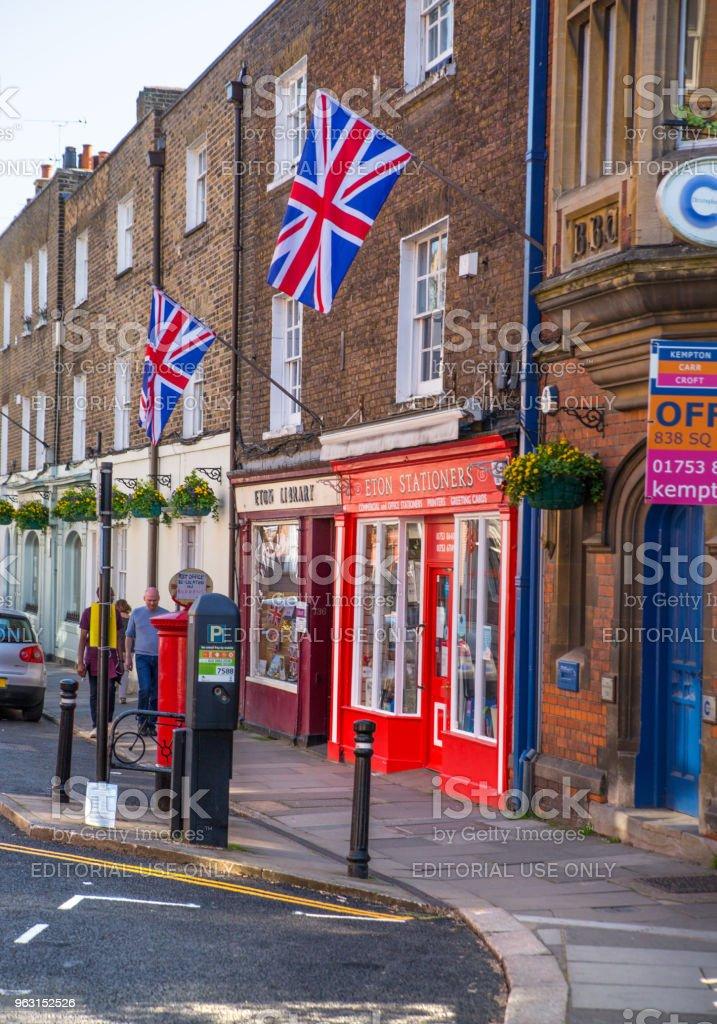 Huvudgatan i Eton, dekorerad med flaggor och människor gör shopping och promenader genom. England Storbritannien. - Royaltyfri Arkitektur Bildbanksbilder