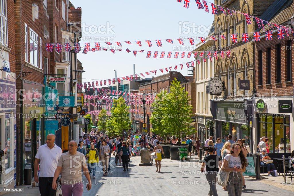 ウィンザーのハイストリート フラグと人々 がたくさん飾られています。観光客はショッピングや歩行を行います。イギリス。 - アーカイブ画像のロイヤリティフリーストックフォト