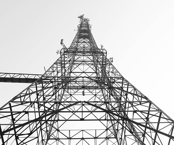 trasmettitore alta torre isolato su bianco - emissione radio televisiva foto e immagini stock