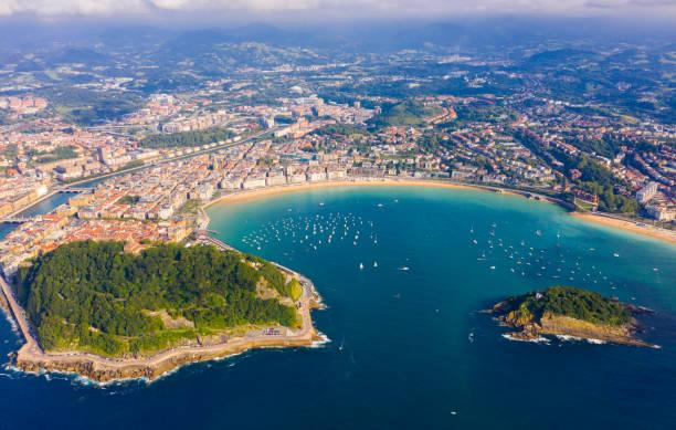 Hohe Aussicht auf San-Sebastian mit Strand von La Concha und Booten auf See – Foto