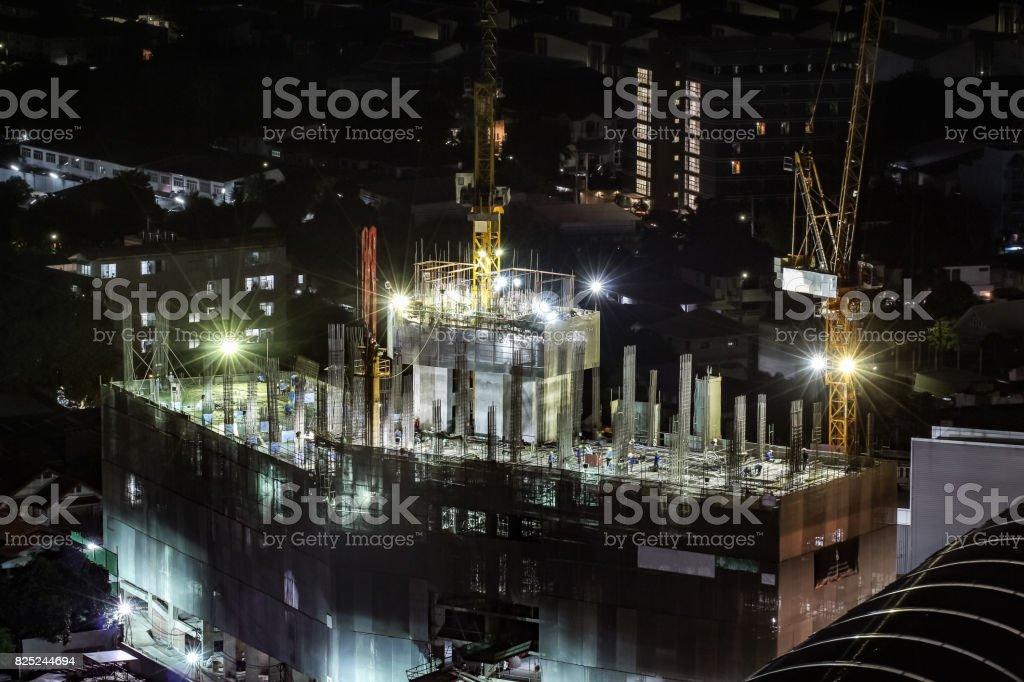 Hohen Blick auf die im Bau Gebäude in der Nacht – Foto