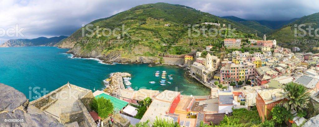 Alta vista de Vernazza litoral villega em Cinque Terre, contra o mar Mediterrâneo, em um dia de verão - foto de acervo