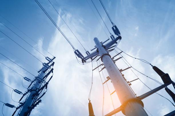 """high voltage """"(post) oder"""" high voltage """"tower - generator text stock-fotos und bilder"""