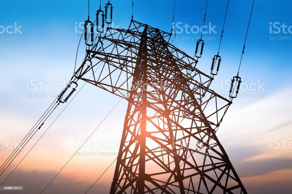 Poste de alta tensión o torre de alta tensión - foto de stock