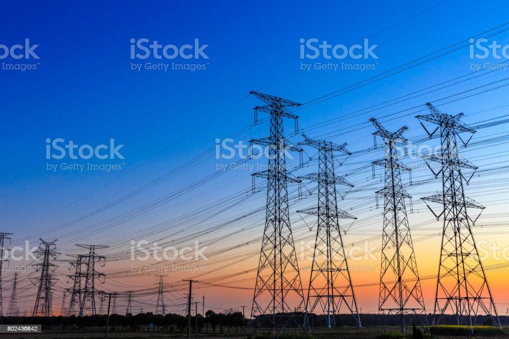 högspänning inlägg, högspänning tower himmel bakgrund bildbanksfoto