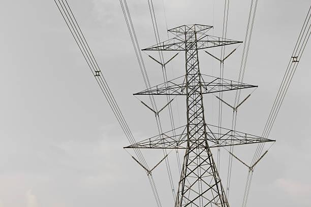 high voltage power telefonmasten gegen bewölkten. - pole scheunen designs stock-fotos und bilder