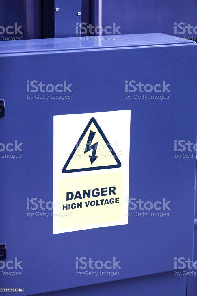 Sinalização de tensão alta na caixa de distribuição de energia - foto de acervo