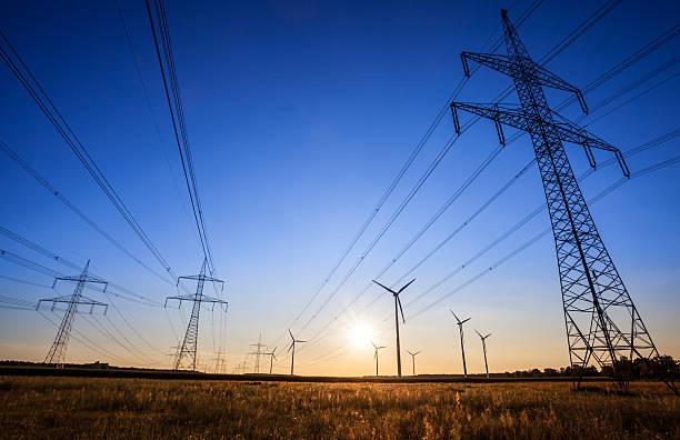 high voltage tower – sonnenuntergang - stromkabel stock-fotos und bilder