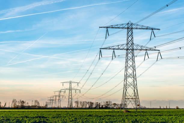 wieże wysokiego napięcia z grubymi wiszącymi kablami zasilającymi na wsi w holandii - przewód składnik elektryczny zdjęcia i obrazy z banku zdjęć