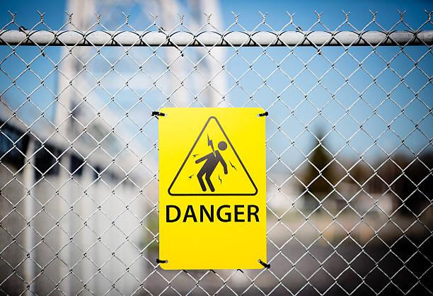 предупреждение о высоком напряжении, признаком опасности. - lightning стоковые фото и изображения