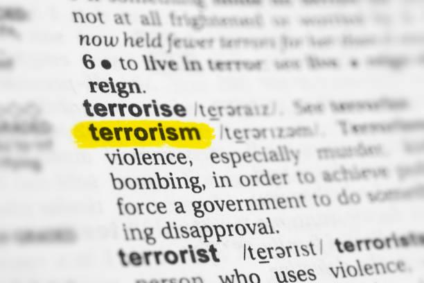 """hervorgehobene englische wort """"terrorismus"""" und seiner definition - medium strähnchen stock-fotos und bilder"""