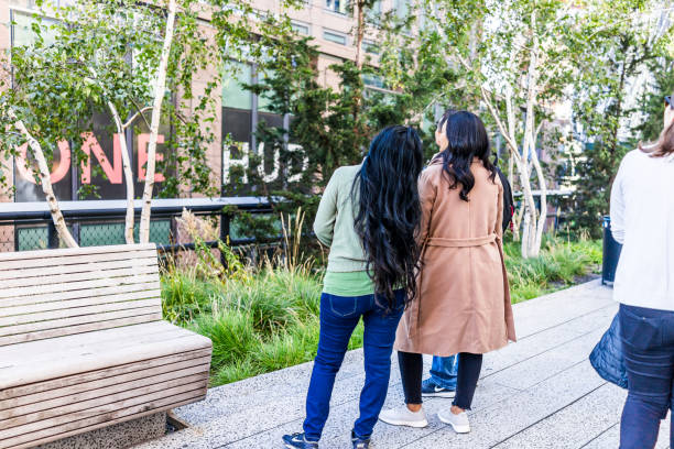 highline, hochspannungsleitung, stadtgarten in new york city mit vielen menschen touristen, zu fuß in chelsea west side von hudson yards, familie, frau, mädchen mit langen schwarzen haaren - haarverlängerungsstile stock-fotos und bilder