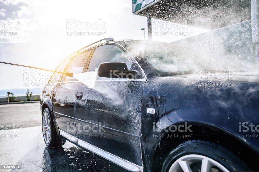Voiture de lavage haute pression à l'extérieur - Photo