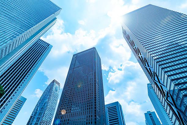 arranha-céus e o céu azul-shinjuku, tóquio, japão - arranha céu - fotografias e filmes do acervo