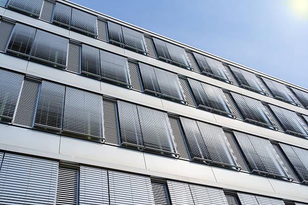 high-rise construção de fachada do escritório com janelas venetian b coberta - com portada imagens e fotografias de stock