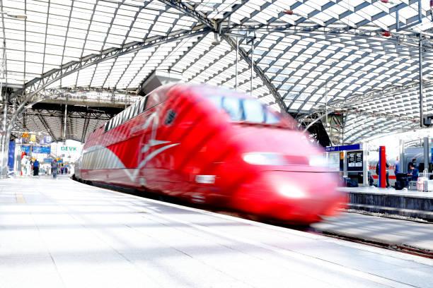 Hochgeschwindigkeitszug verlässt Kölner Hauptbahnhof – Foto