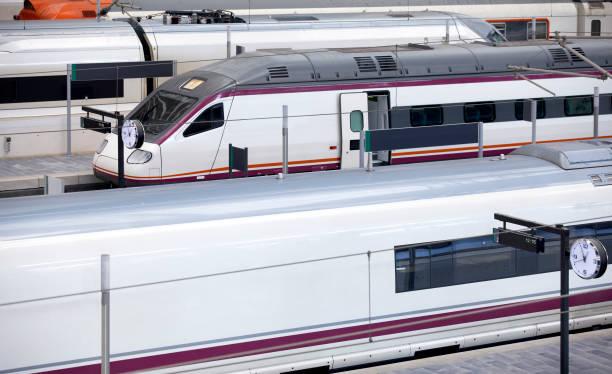 Hochgeschwindigkeitszüge am Bahnhof. – Foto