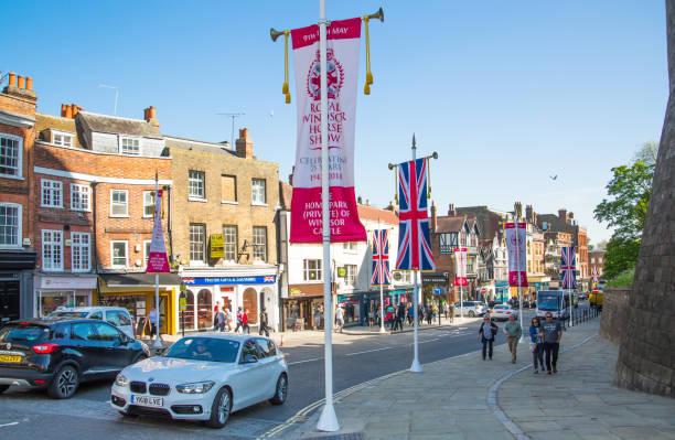 윈저의 hight 거리 해리 왕자와 메 건 대 한 전문적인의 결혼식 인 영국 깃발으로 장식 - meghan markle 뉴스 사진 이미지