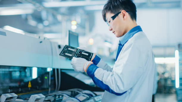 ハイテク工場: 品質管理エンジニアが電子プリント基板に損傷をチェックします。表面の台紙の選択および場所の技術の pcb のための背景の組み立てラインで。 - 半導体 ストックフォトと画像