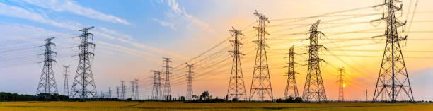 líneas eléctricas de alta tensión al atardecer - electricity fotografías e imágenes de stock