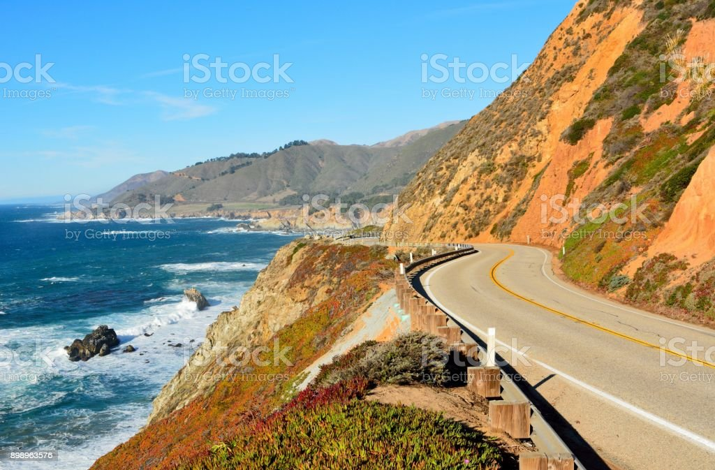 Carretera 1 a lo largo de la costa del Pacífico en parques estatales de Big Sur en California. - foto de stock