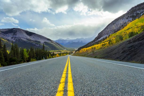 Highway 66 führt durch die Herbstlandschaft der Region Kananaskis in Alberta – Foto