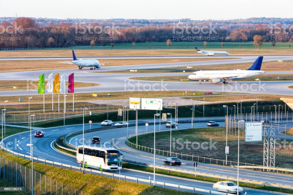 Carretera y el tráfico de aviones, aeropuerto de Munich, Alemania - foto de stock