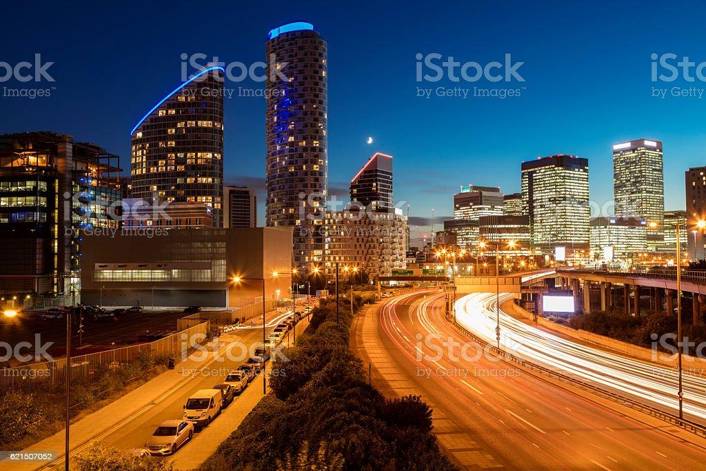 Highway und Bürogebäude in der Nacht, Docklands, Canary Wharf, London Lizenzfreies stock-foto