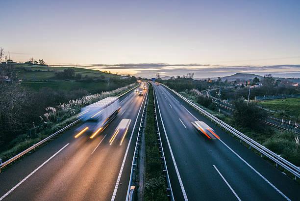 highway bei nacht - zweispurige strecke stock-fotos und bilder